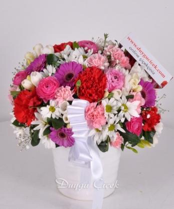 Seramik Vazoda Renkli Kır Çiçekleri